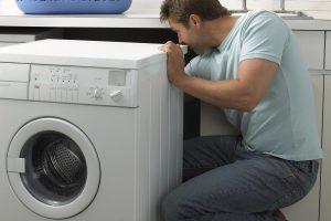 naprawianie pralki